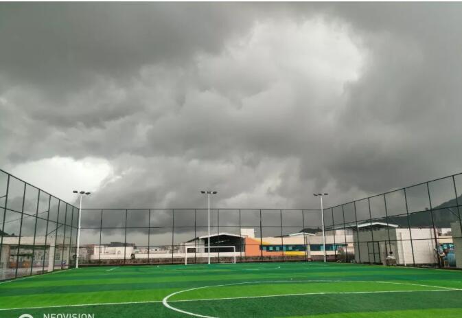 楼顶人造草足球场