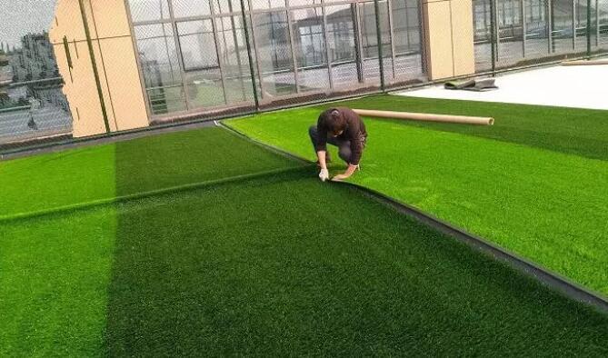 怎样自己动手铺装人造草坪场地